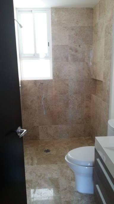 Baño Completo Independiente con Agua Caliente