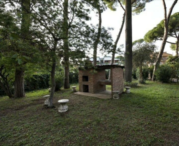 Villa esclusiva di 300 mq  con giardino e parchegg