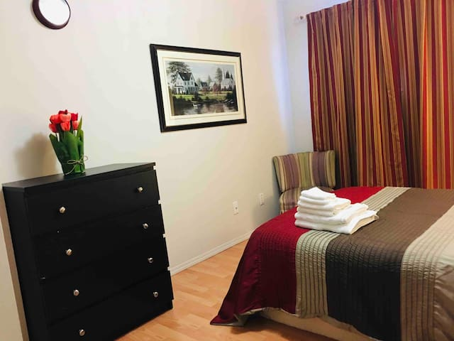 Lovely & cozy -near downtown & train sta. -Room2