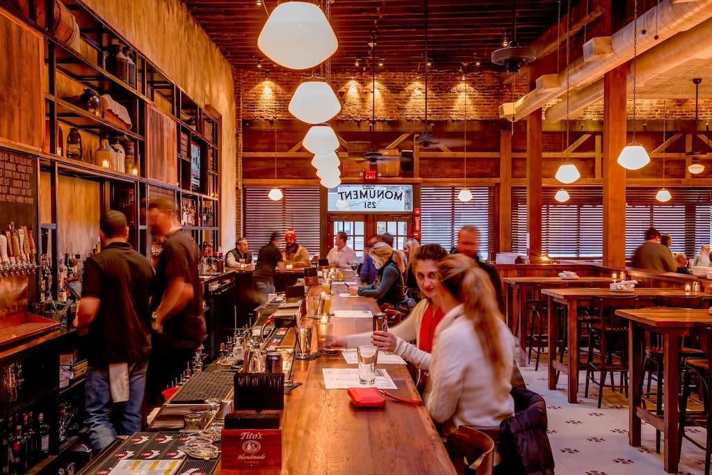 Monument Restaurant & Tavern adlı yerin fotoğrafı