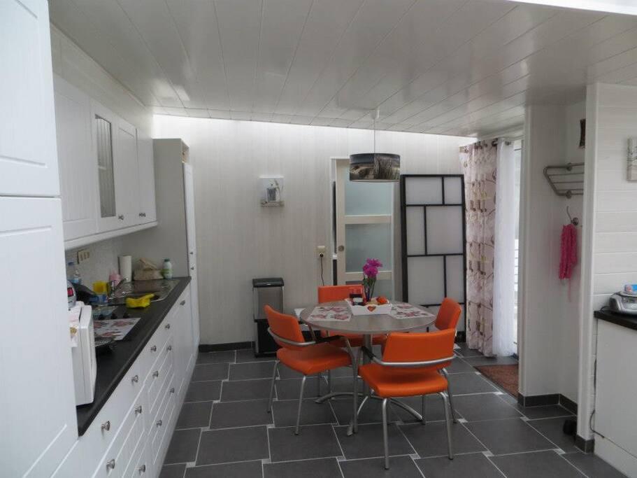 Keuken en op de achtergrond schuifdeur van badkamer