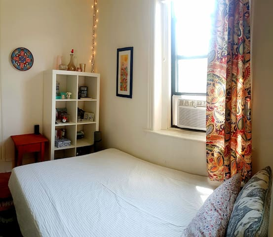 15 min from Manhattan, cozy & clean,girls prefered
