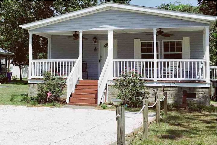 Beautiful Beach Getaway! Walk to Beach! Sleeps 6.