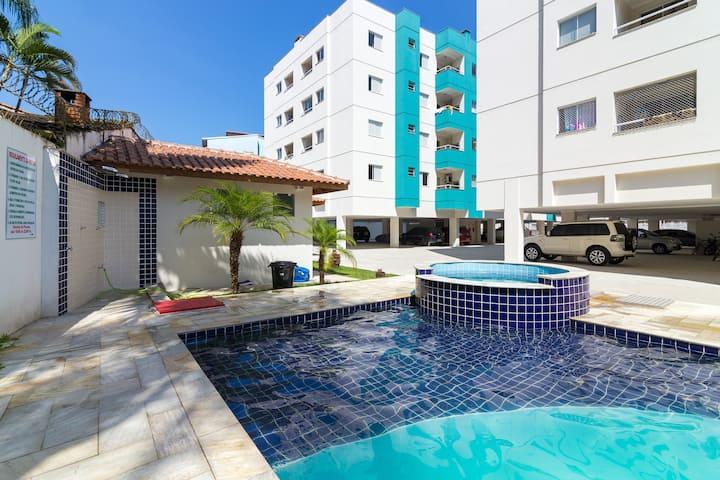 Apto no Itaguá, piscina, 2 quartos ar condicionado
