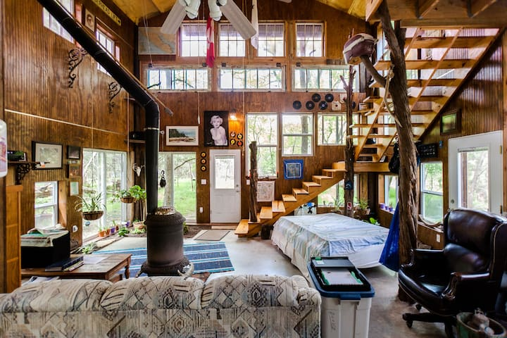 2 story Barn-treehouse in the woods - San Marcos