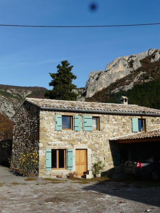 La maison est située sur une petite place et dispose d'un auvent pouvant accueillir 2 voitures.