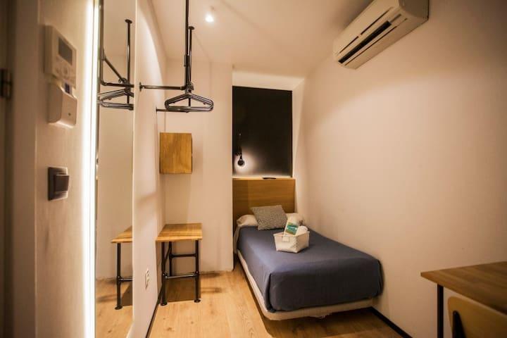Hostal CC Malasaña - Individual económica . Baño privado - No Reembolsable