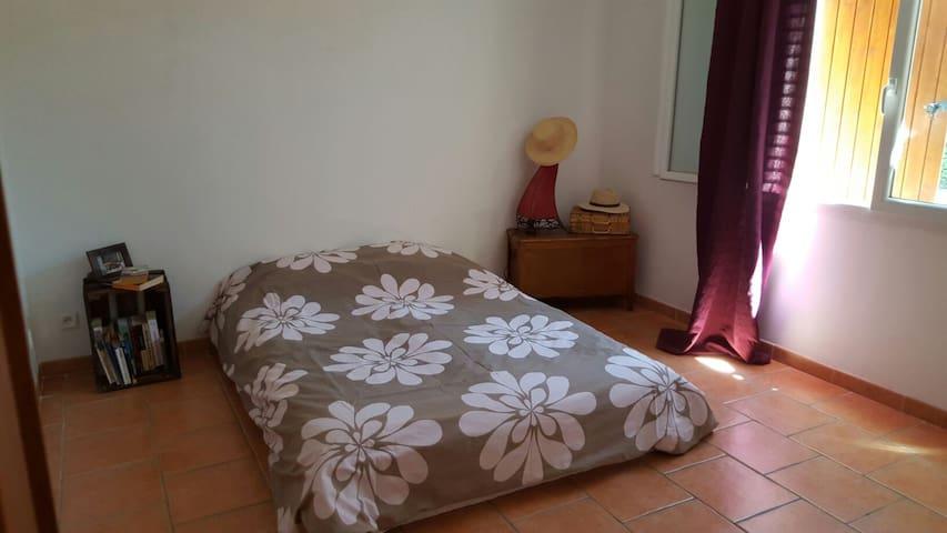 Chambre sympa et agréable au calme au sol. - Bagnols-sur-Cèze - House