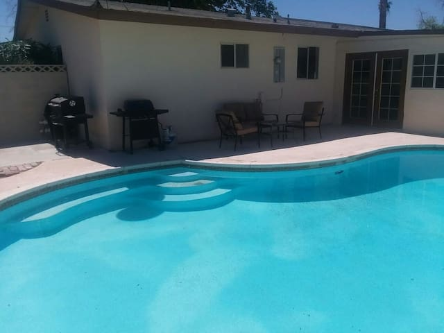 Lovely house with pool, near the strip!