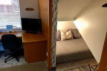 Guest room Queen size bed