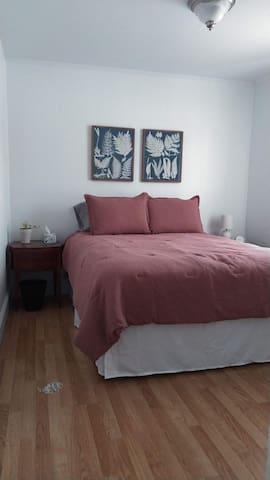 Bedroom 2 w Queen Bed