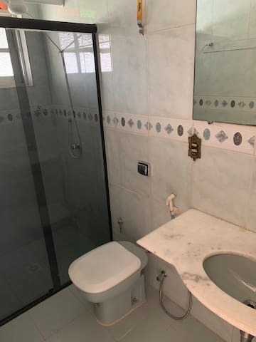 Banheiro 1 com chuveiro elétrico, localizado no quarto 1
