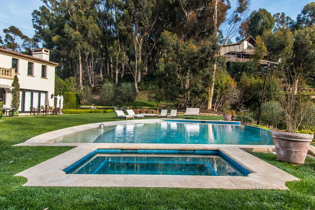 A magnificent fresh-water pool situated on the perfectly manicured lawn of this Malibu Dream Home exquiped with a Hot Tub that enough for all the guests to enjoy summer cocktails.