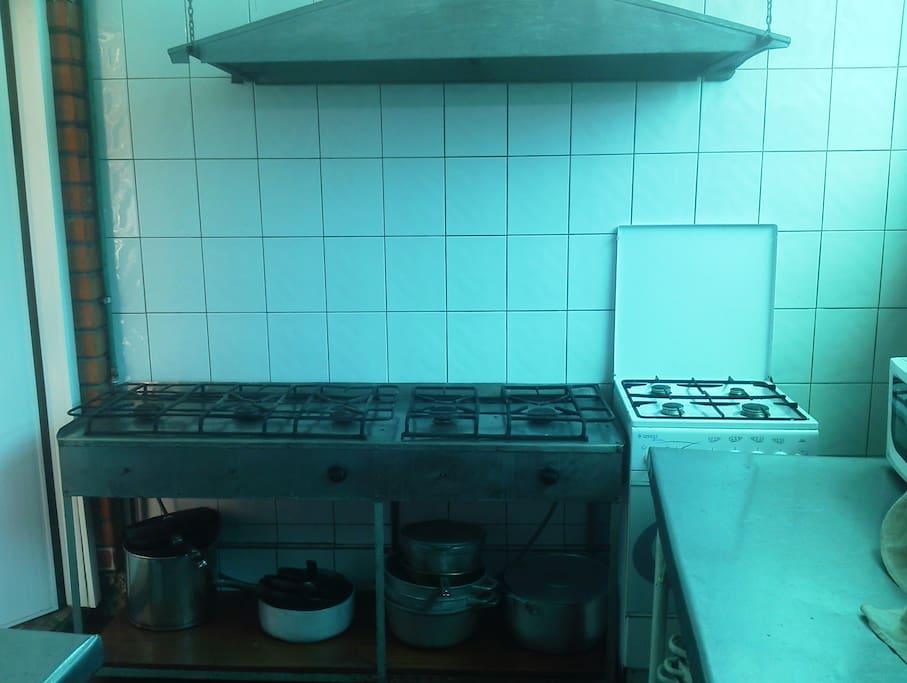 Общая летняя кухня. Газовая плита с духовкой.
