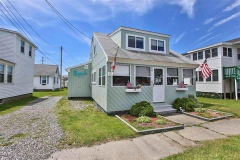 Spacious Beach Cottage with Parking - Sleeps 9!