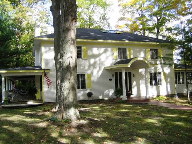 The Historic Moon House Estate - Pentwater - Hus