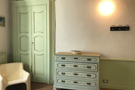 Camera con vista in casa del 700, centro storico