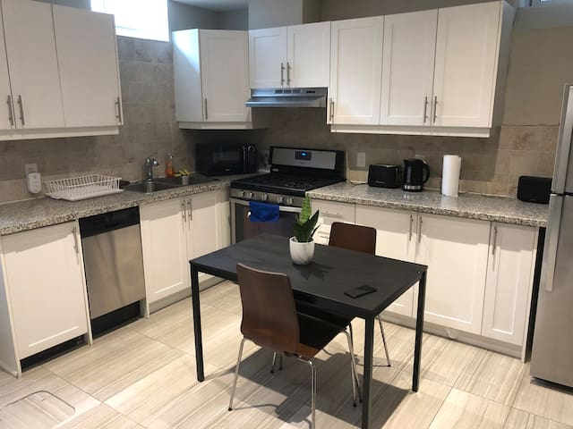 Spacious 1 Bedroom in Little Italy/Kensington Mkt