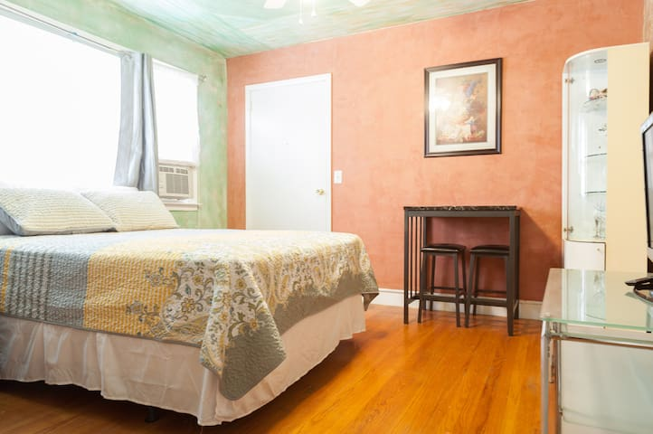SMALL CHARMING STUDIO WITH PARKING - North Bergen - House