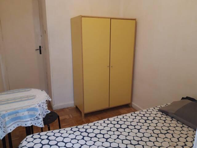 Habitación individual en piso vintage.
