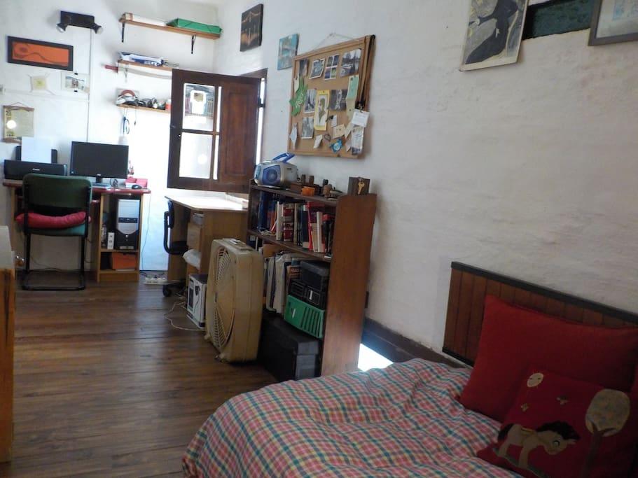 Habitación cuenta con armario para ropa, escritorio y computadora disponible
