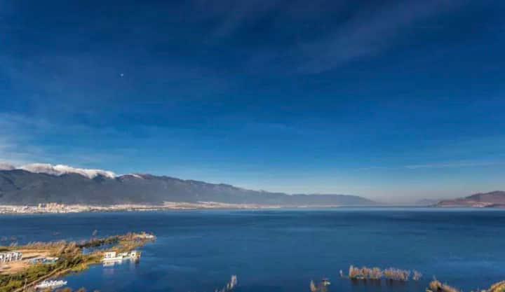 大理洱海边带阳台一线海景家庭套房