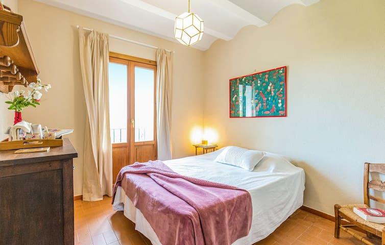 Habitación en la primera planta, con cama de matrimonio.