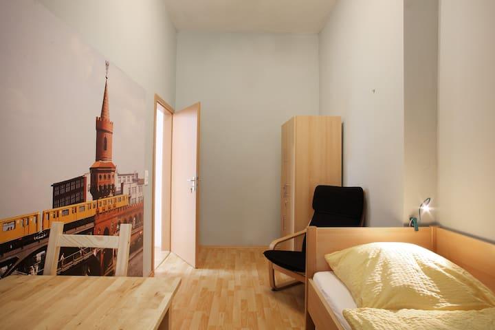 ruhiges Einzelzimmer 2.3 zum Innenhof (2. Etage)