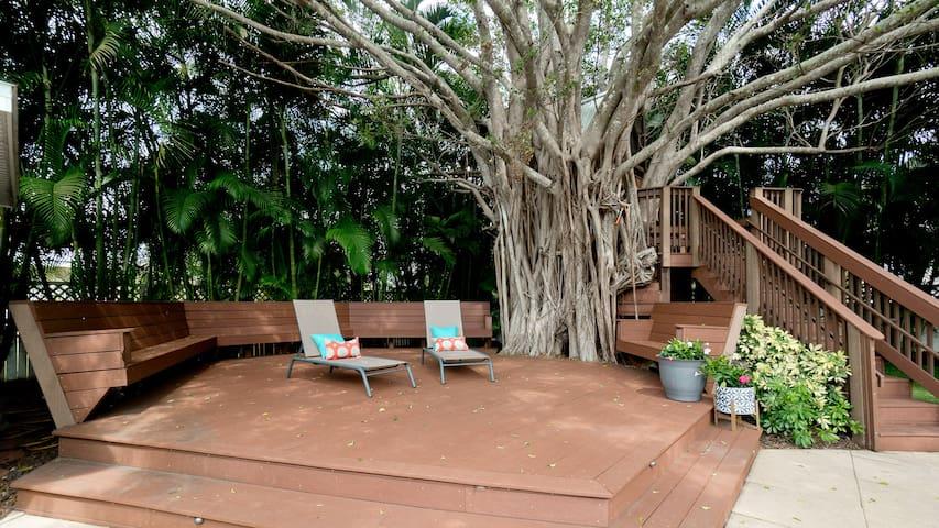 Treehouse Getaway- 5BR/2.5BA- sleeps 18 & beach!