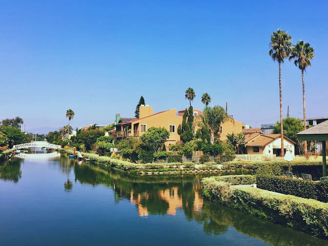 Venice Canals: 4 Bedroom Home facing Grand Canal