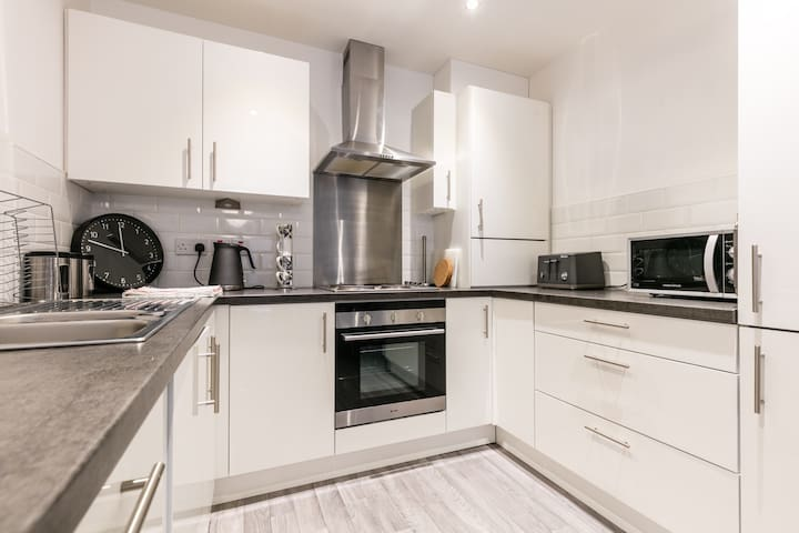 *New Modern 2 Bed Apt Very Central*