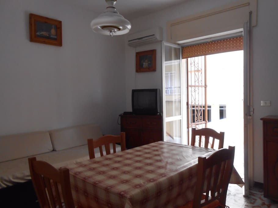Salotto/sala da pranzo con divano letto e accesso all'ampia terrazza