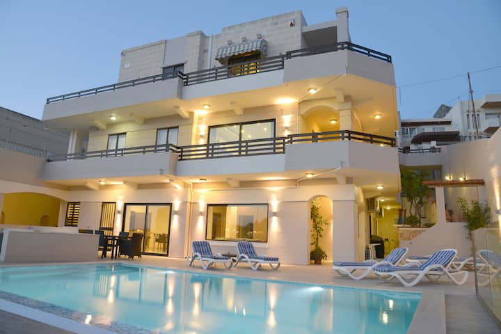Villa with unique views, swimming Pool, AC and BBQ