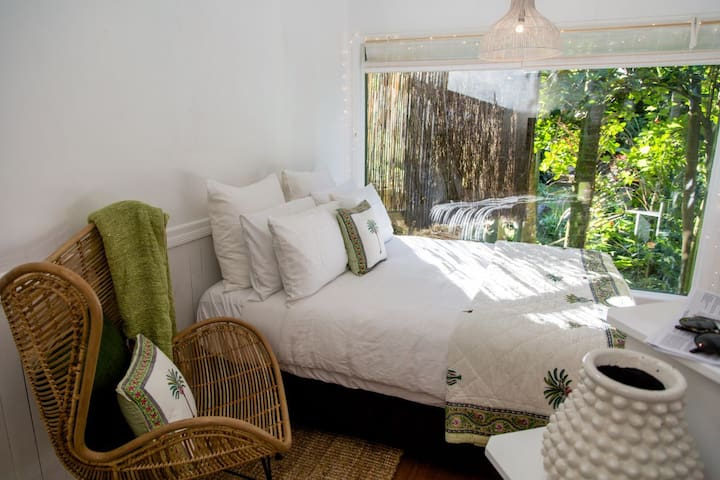 Romantic hideaway private & stylish 300m to beach