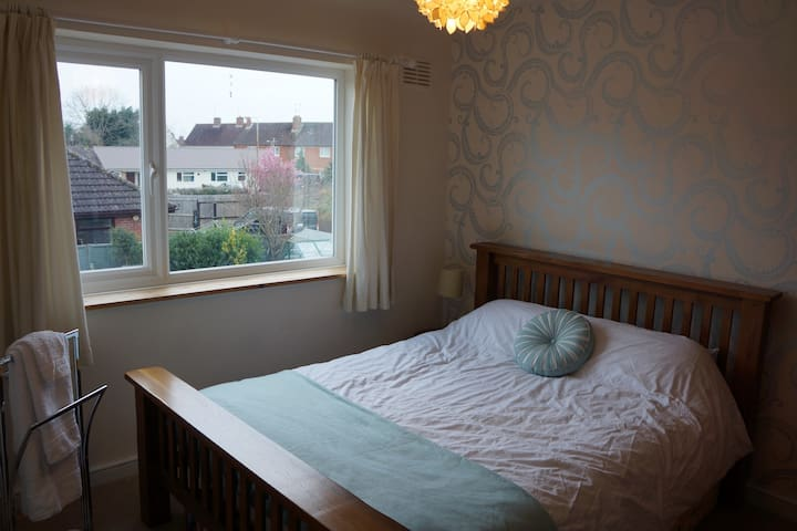 Private room in family home. 10 mins from Races - Prestbury - Talo