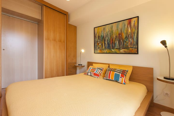 Bedroom with double bed and sliding doors closet