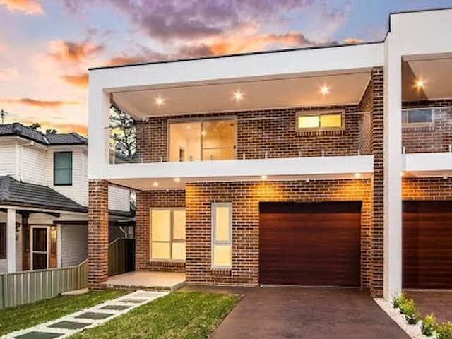 Modern Quiet King Bed Room Near National Park - Revesby - House