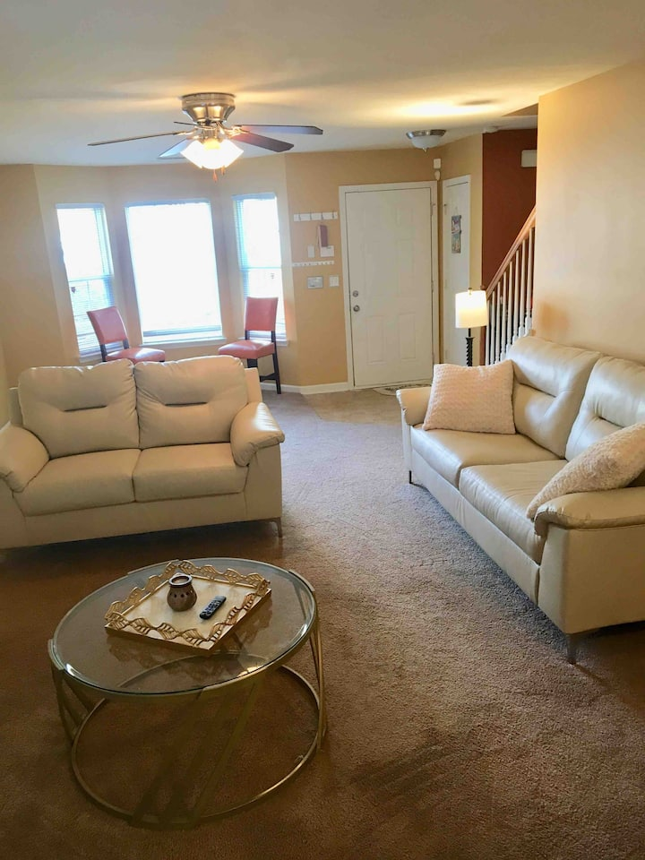 Gated Townhome 10 min from Downtown