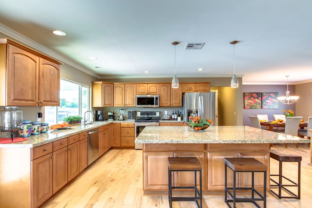 The fully equipped kitchen has stainless appliances , granite surfaces and a breakfast bar .