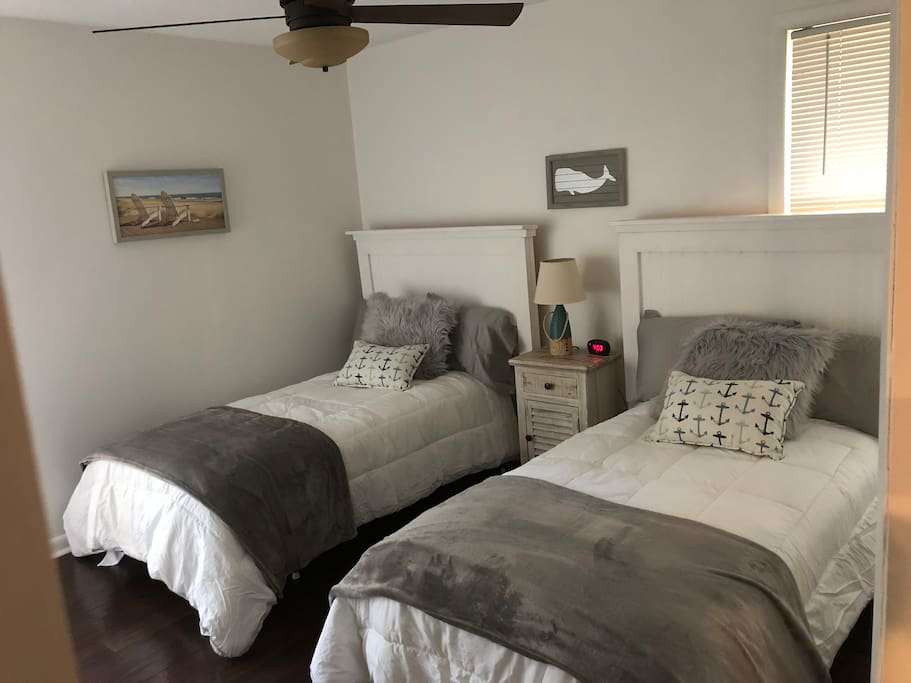 Spare bedroom with 2 twin beds