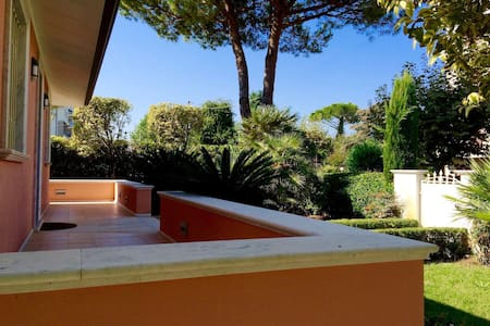 Helena's Villa 150 from the sea and free access to a beach club with swimming pool - Camaiore - Villa
