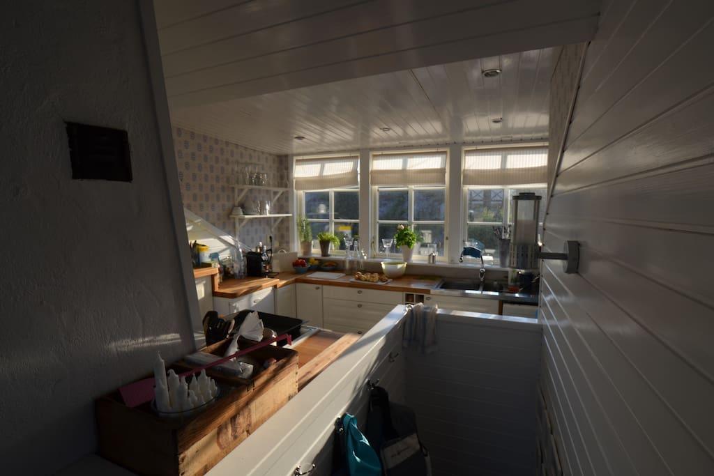 Uppgången till lägenheten och del av köket.