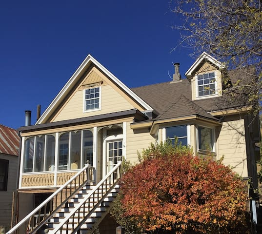 5 bdr, 2ba in historic Truckee, The Downtown House