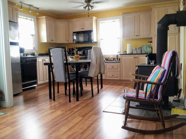 Cozy cottage with full kitchen amenities to make a home cooked meal including conventional oven with stove top, microwave, toaster, kettle, coffee maker and dishes.  Don't waste time doing the dishes during your holiday, this place has a dishwasher!