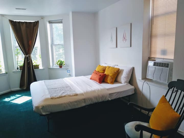 Big & Beautiful- A Bright and Sunny Private Room