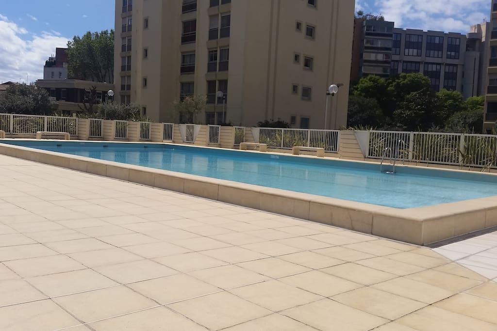 Jacuzzi piscine et parking dans le centre appartements for Piscine privee montpellier