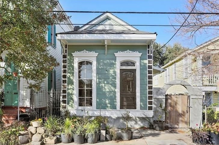 Spacious Marigny 2 Bedroom Home with Bikes