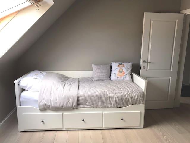 Schlafzimmer 4, Obergeschoss, Bett ausklappbar