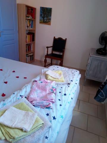 Chambre parentale avec ses pétales de rose. Les serviettes de toilette ainsi qu'une sortie de lit chinoise pour vous mesdames. Il y a également une commode avec trois tiroirs. (Vue 2/3)