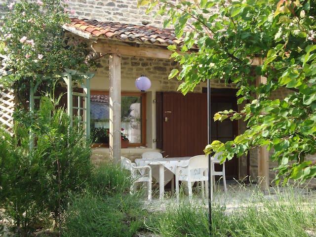 Les Deux Puits, charming cottage near La Rochelle.